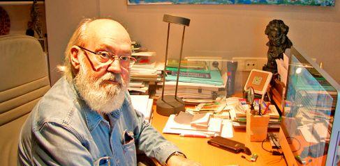 José Luis Cuerda, en su despacho.