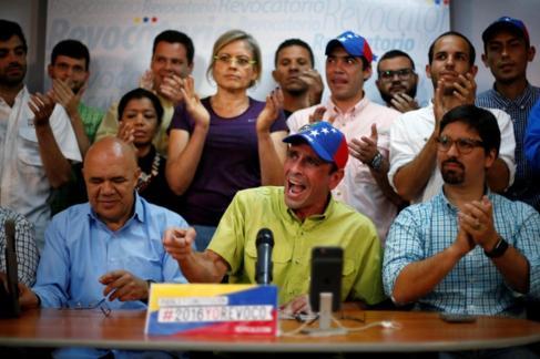 Capriles hace el anuncio junto a los dirigentes de la MUD.