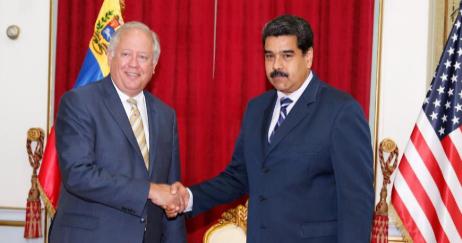 Thomas Shannon saluda al presidente Maduro durante su reunión en...