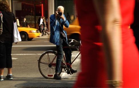 Cunningham desde su bicicleta tomando fotos en Nueva York .