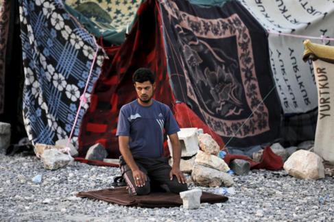 Un sirio reza en Tel Abyad, en la provincia turca de Sanliurfa.