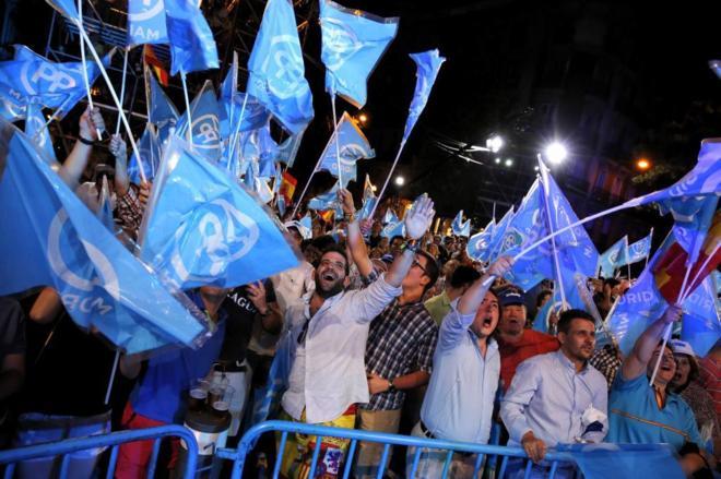 Simpatizantes del PP celebran la victoria en las elecciones generales.