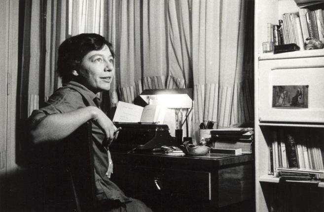 Alejandra Pizarnik en la casa de sus padres en Buenos Aires en 1965.