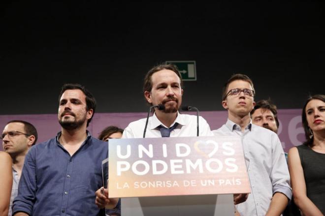 Pablo Iglesias, Alberto Garzón e Íñigo Errejón anoche tras...