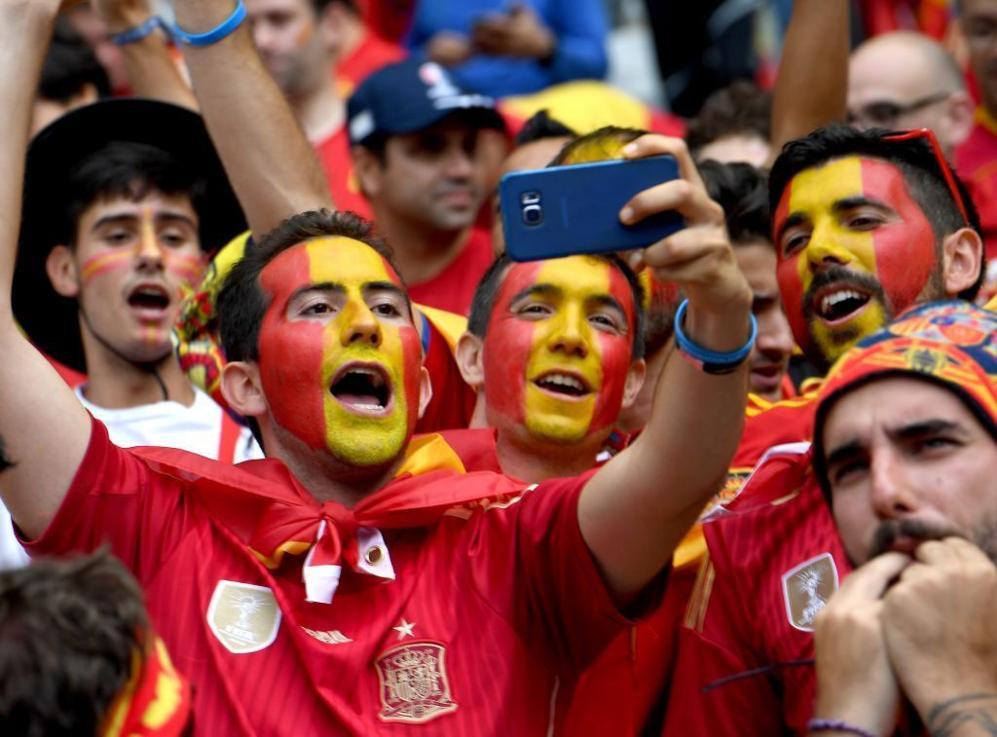 Aficionados del equipo español momento previos al partido de la...