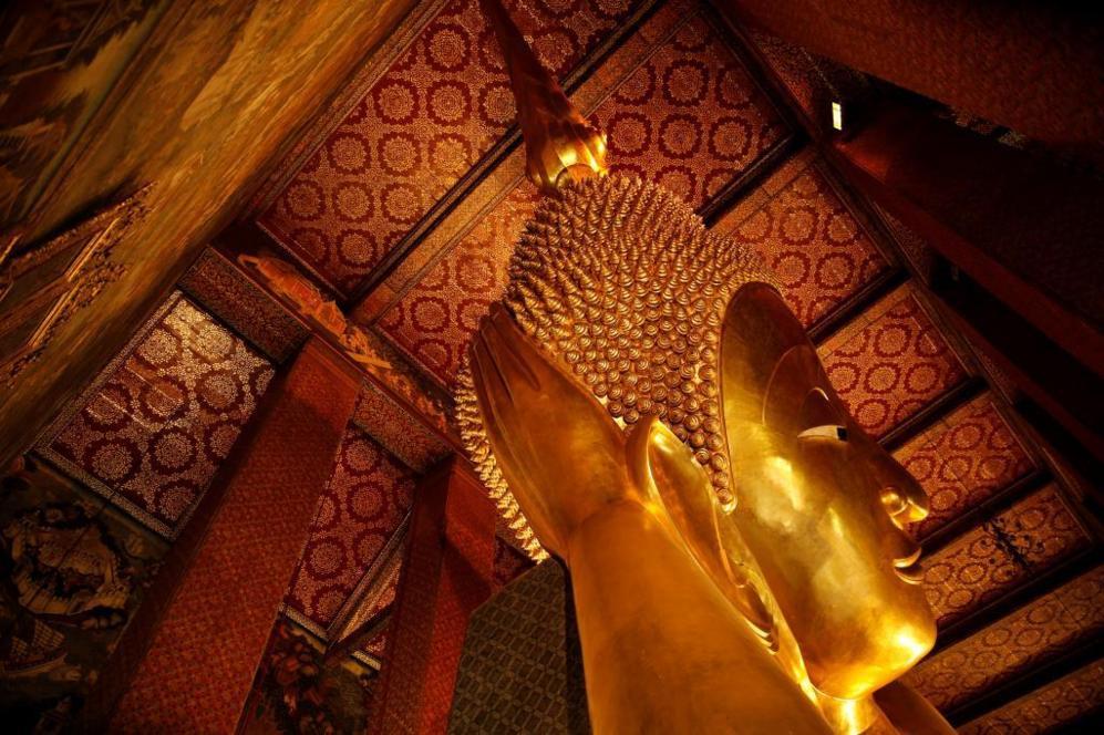Vista a la escultura del Buda reclinado en el templo 'Wat Pho' situado...