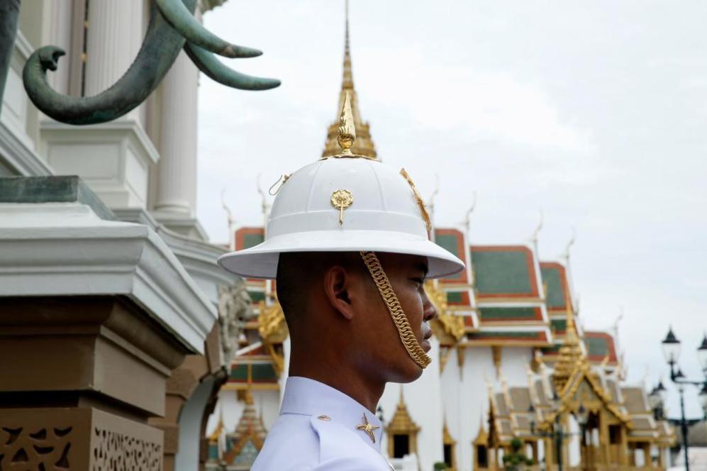 Un guardia real de Tailandia junto al Gran Palacio en Bangkok ,...