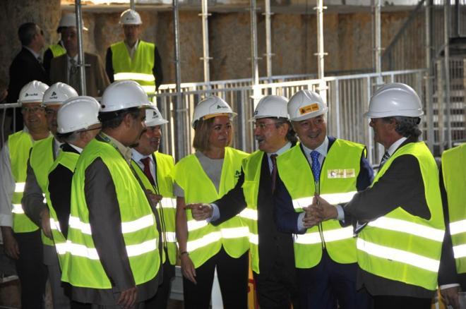 El ex ministro de Fomento, José Blanco (segundo por la dcha.), en una...