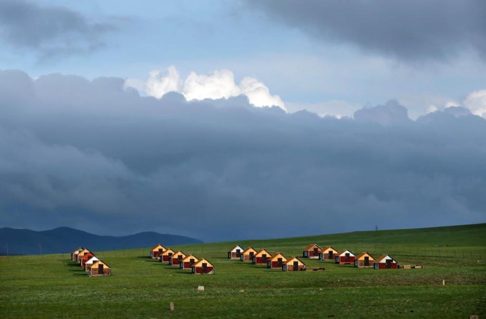 Hileras de cabañas en las praderas situadas a las afueras de...