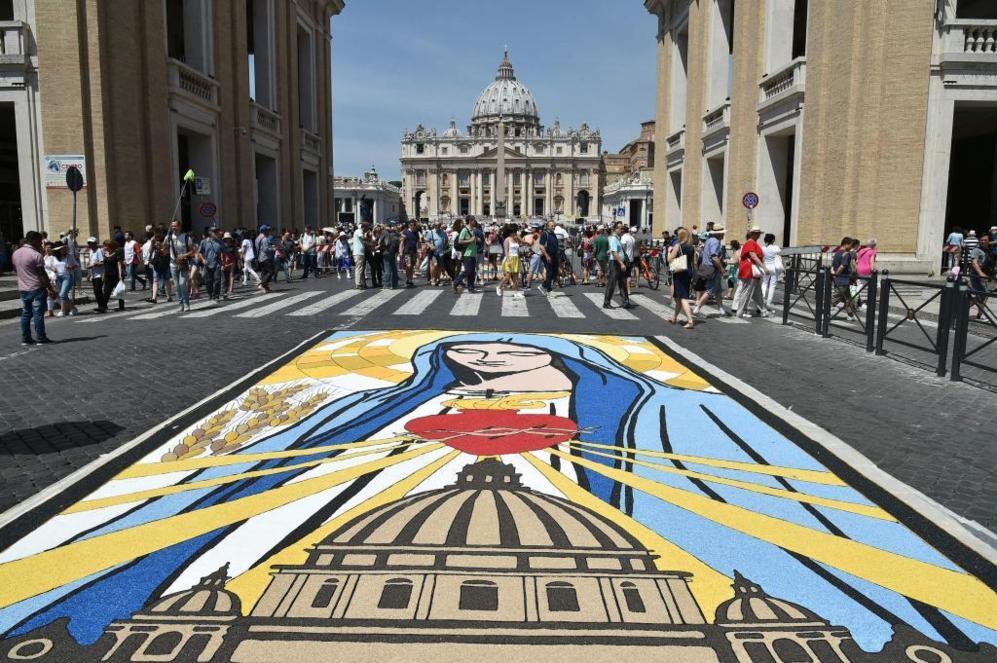 Frescos religiosos dibujados en la Vía della Conciliazione con motivo...