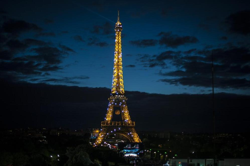 Vista general de la Torre Eiffel iluminada durante el concierto de la...