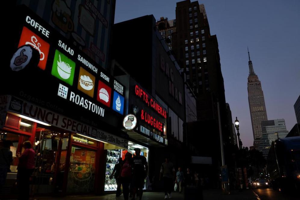 El 'Empire State Building' con las luces apagadas en honor a las...
