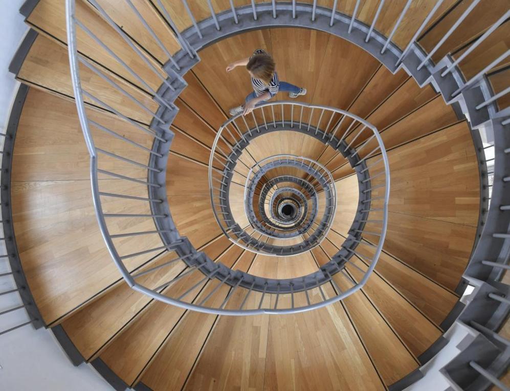Escalera de caracol ubicada en el interior del castillo de Gottesaue...