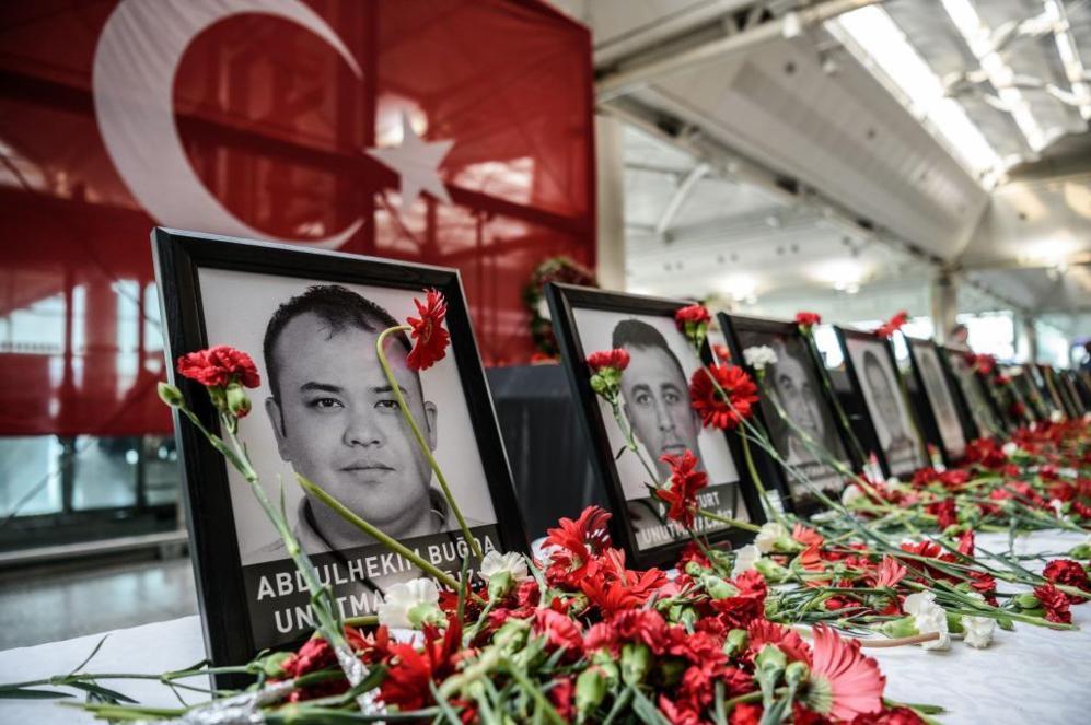 Empleados del aeropuerto de Ataturk rinden homenaje a sus compañeros...