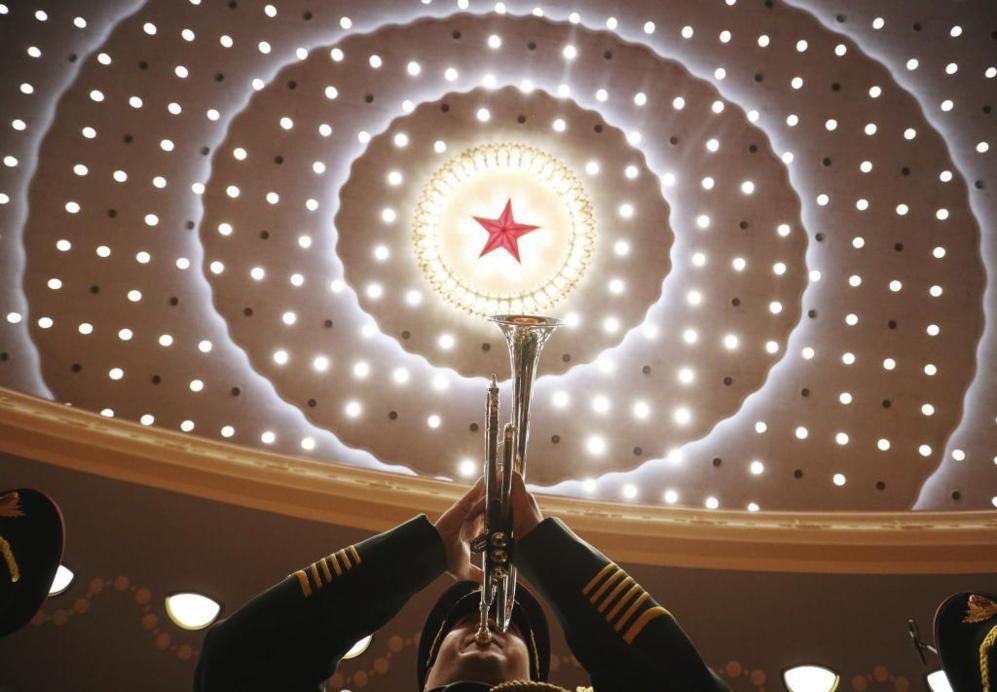 Una banda militar toca durante la ceremonia de celebración del 95º...