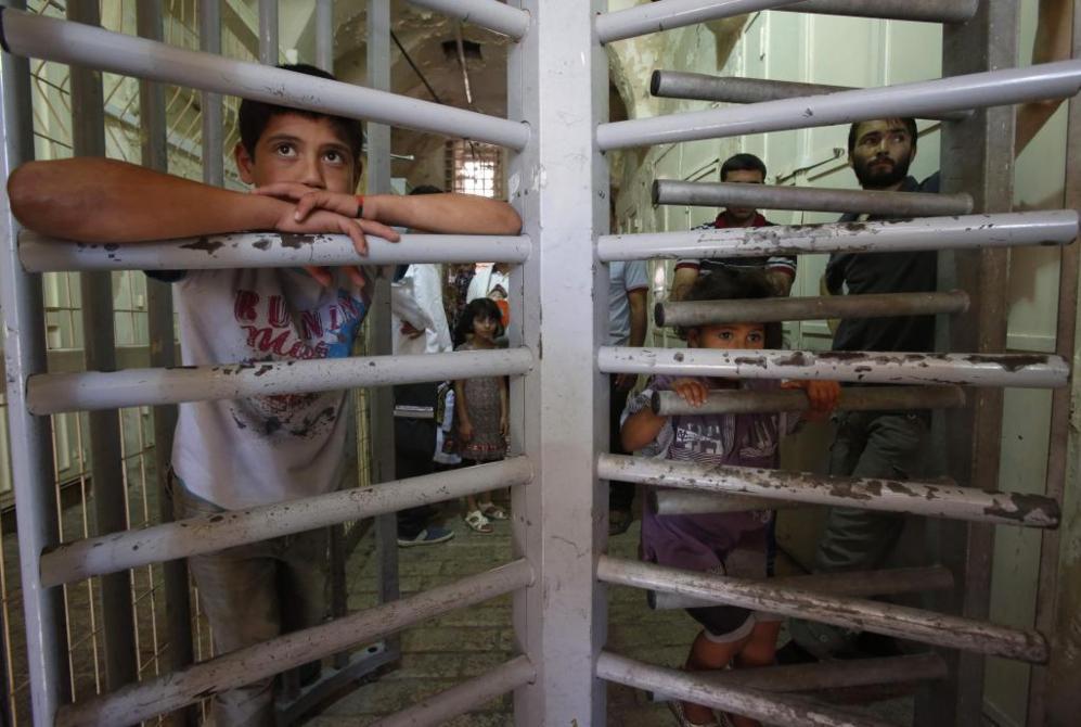 Musulmanes palestinos esperan en un control israelí perteneciente a...