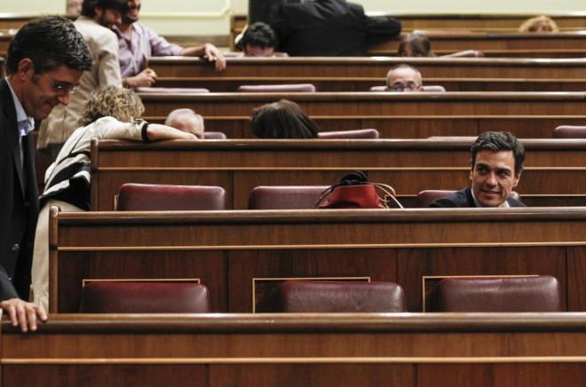 Pedro Sánchez observa al ex secretario general del Grupo Socialista...