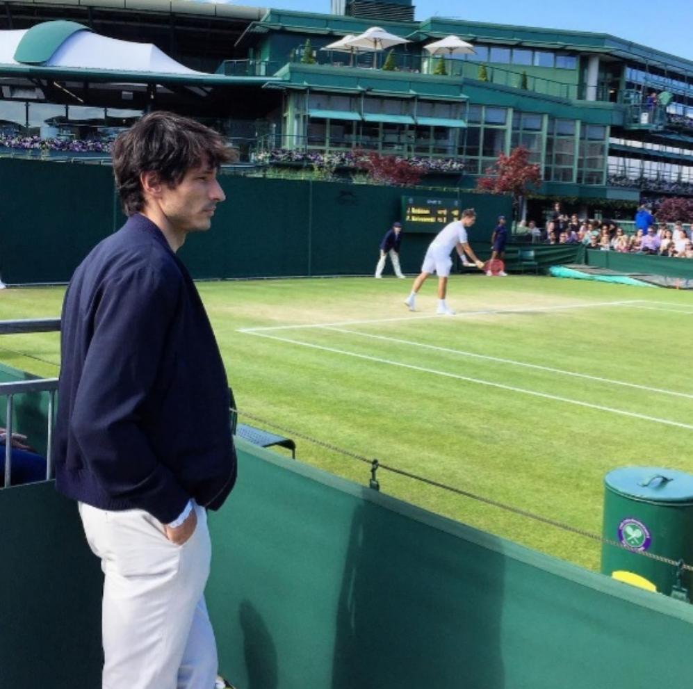 Andrés Velencoso mantiene el estilo y la pose en su visita al torneo...