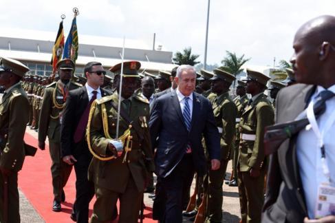 Benjamin Netanyahu, hoy, a su llegada al aeropuerto de Entebbe...