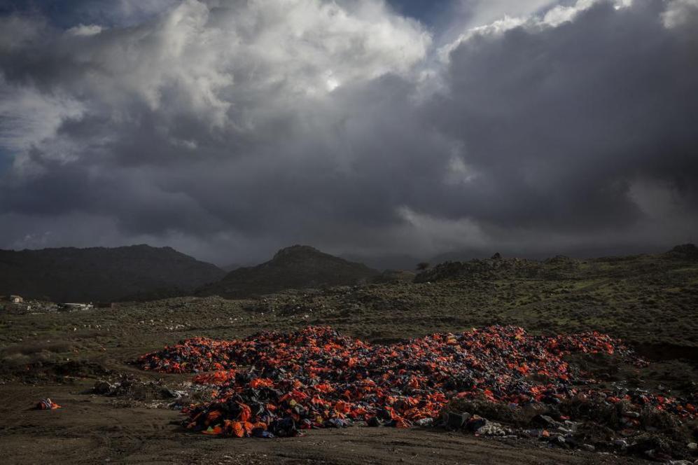 Miles de chalecos salvavidas usados por los refugiados que llegaron a...