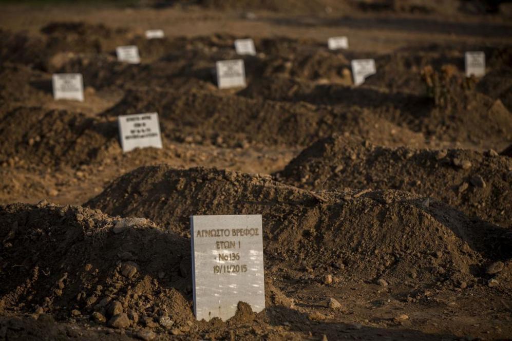 Una tumba y una lápida sin identificar en un cementerio improvisado...