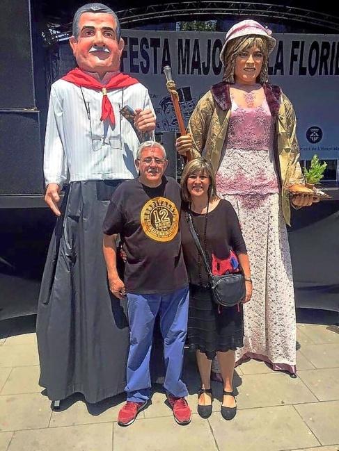 La alcaldesa Núria Marín delante de la giganta que la emula.