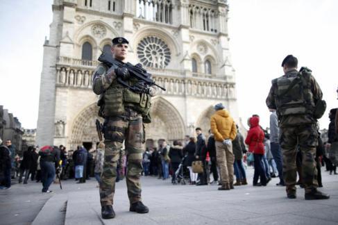 Soldados armados frente a la Catedral de Notre Dame en diciembre de...