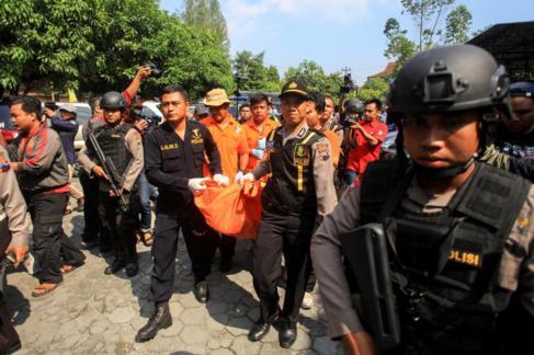 La policía retira el cadáver de un terrorista que se ha inmolado en...