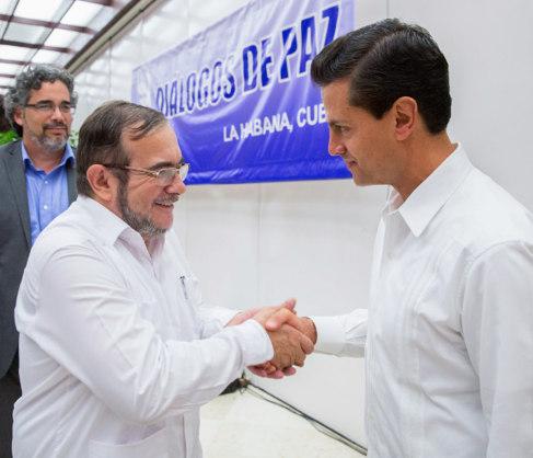 El comandante de las FARC, 'Timochenko', saluda al...