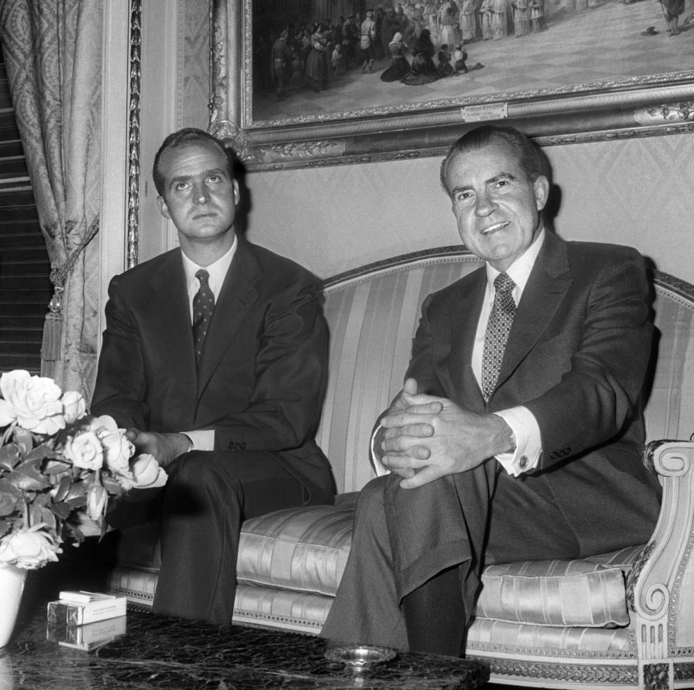 """<strong>2 y 3 de octubre de 1970. Richard M. Nixon. Madrid. Visita de Estado. Se reunió con Franco y con el príncipe Juan Carlos.</strong> Las nuevas relaciones con el exterior propician la llegada de empresas estadounidenses a España, que ayudó al crecimiento de la industria en detrimento de la agricultura, que hasta entonces había sido la principal fuente de riqueza. En los años 60, España pasó de ser uno de los países más pobres de Europa a tener un crecimiento medio anual del 7%. En octubre de 1970, cuando Nixon realiza la segunda visita de un presidente de EEUU a España (los demócratas John F. Kennedy y Lyndon B. Johnson prefirieron mantener las distancias), la realidad es bien diferente a la que había encontrado Eisenhower en 1959. La apertura está consolidada, pero <strong>a Washington le preocupa</strong> cuál iba a ser la situación política de su aliado <strong>una vez falleciera Franco</strong>. """"Nixon viene a tantear qué es lo que va a pasar, tiene miedo a la inestabilidad y a que haya una revolución como la que después hubo en Portugal"""", señala Cañero. <p> Hay desfile, se escenifica la alianza y la delegación presidencial se marcha tranquila. Cuatro años más tarde, Nixon quiso volver a asegurarse de que Franco tenía el futuro atado. Envió al general Vernon Walters, que había sido embajador en Alemania y en Naciones Unidas, y director de la CIA,  a entrevistarse con Franco y profundizar en cuál era su hoja de ruta. Walters explicó en una entrevista al diario 'ABC' en el año 2000 que el dictador se percató rápido del propósito de la entrevista y que le preguntó directamente si lo que le interesaba a Nixon era saber lo que ocurriría después de su muerte. Su respuesta: """"El Príncipe será Rey, porque no hay alternativa. España irá lejos en el camino que desean ustedes [...] Habrá grandes locuras pero ninguna de ellas será fatal para España"""". El estadounidense le preguntó por qué estaba tan seguro: """"Yo <strong>voy a dejar algo que no encontré</strong>"""", lanzó, """