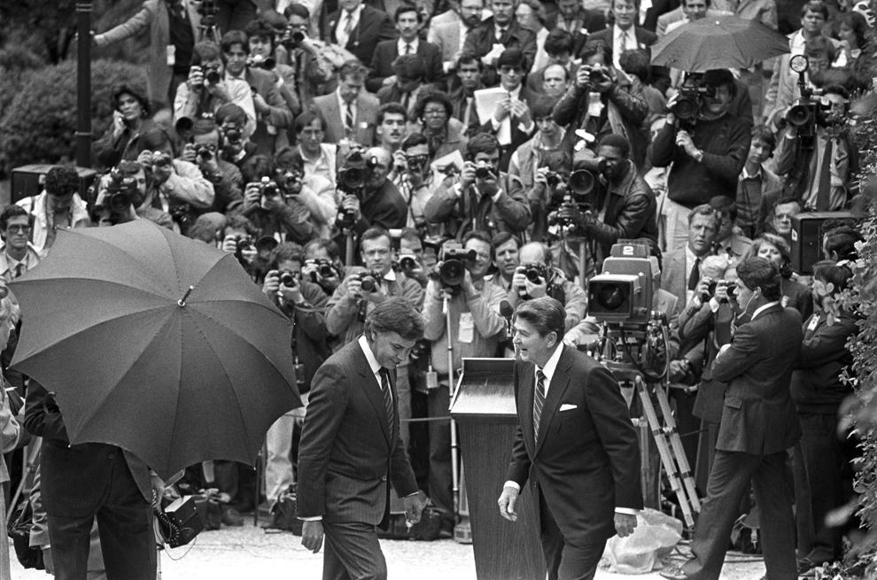 """<strong>6 al 8 de mayo de 1985. Ronald Reagan. Madrid Visita de Estado. Se reunió con el Rey Juan Carlos I y el presidente del Gobierno González.</strong> España entra finalmente en la OTAN el 30 de mayo de 1982, bajo gobierno de la UCD de Leopoldo Calvo-Sotelo. El PSOE, encabezado por Felipe González, que ganará las elecciones por mayoría absoluta solo cinco meses después, había manifestado su rechazo frontal a la adhesión. Por ello pronto <a href=https://www.elmundo.es/espana/2016/03/12/56e2fb23e2704e064b8b462d.html>se plantea un referéndum</a> sobre la permanencia o no en la Alianza Atlántica, que tendrá lugar algo menos de un año después de la llegada de Ronald Reagan a Madrid, al que acompañó su esposa Nancy. Es la época del """"OTAN no, bases fuera"""" y de un sentimiento antiamericanista que coincide, además, con la política intervencionista de EEUU en Hispanoamérica y la Guerra de las Galaxias para frenar a la URSS.  <p> Destacados miembros del PSOE, como Alfonso Guerra, tratan de zafarse del encuentro y el alcalde de madrid, Enrique Tierno Galván, no se suma al comité de bienvenida de Barajas. """"No sé si se iría contento o no -apunta Cañero- pero le preguntaron su opinión sobre las manifestación que hubo en su contra y respondió que si no estuviera acostumbrado a estas cosas, no podría ir a ningún sitio"""". También se evitó una conferencia del presidente estadounidense en el Congreso de los Diputados, que se trasladó a la Fundación Juan March. Felipe González cumplió con su invitado y le invitó a almorzar en la célebre Bodeguita de La Moncloa."""