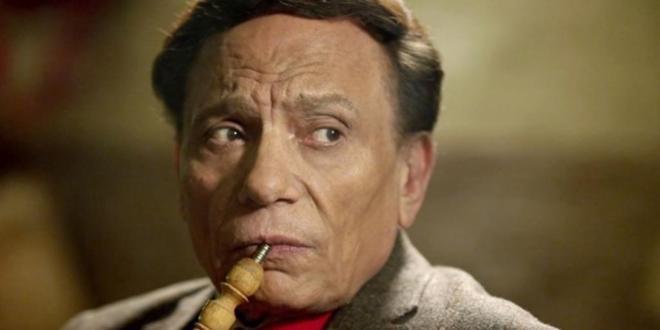 El popular actor egipcio Adel Imam, de 76 años, fuma una 'shisha'...