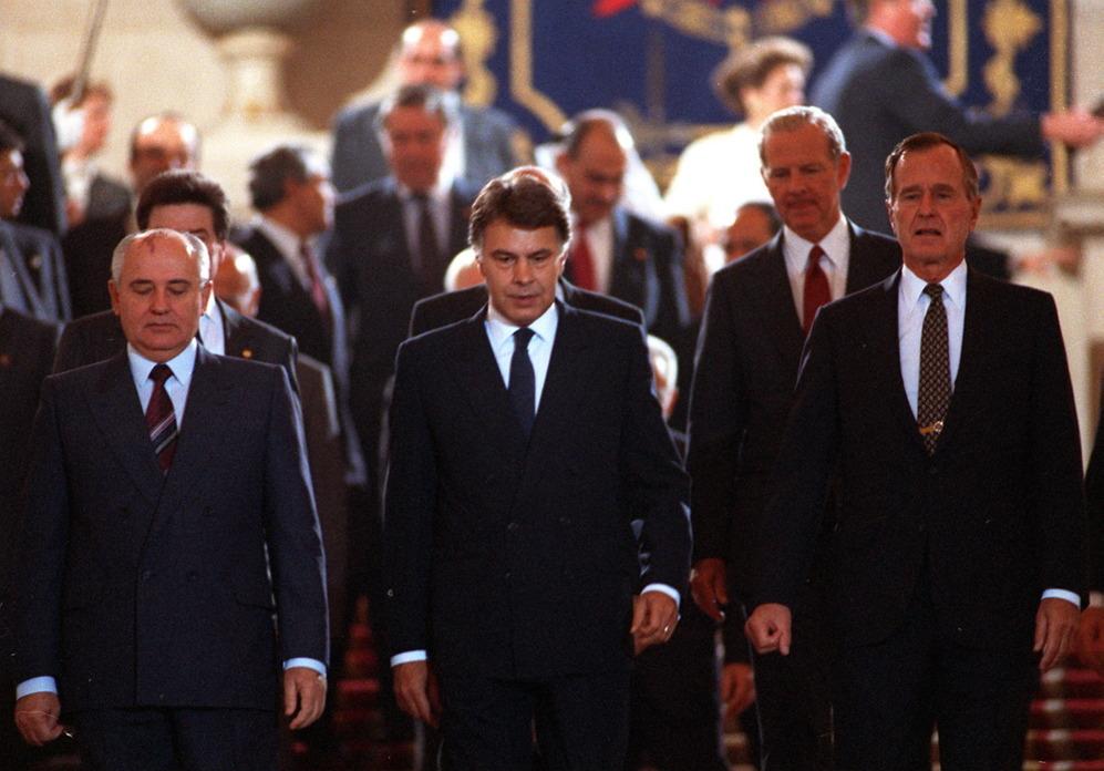 """<strong>29 y 30 de octubre de 1991. George Bush. Madrid. Se reunió con el presidente González, el soviético Gorbachov y asistió a la sesión inaugural de la Conferencia de Paz en Oriente Próximo.</strong> Un encuentro histórico que parecía que marcaría el futuro entre <a href=https://www.elmundo.es/especiales/internacional/oriente_proximo/proceso_paz/>palestinos e israelíes</a>, aunque las relaciones sigan enquistadas 25 años después de aquel momento. Bush padre y Gorbachov asistieron a la sesión inaugural de de la Conferencia de Paz de Oriente Próximo y allí acordaron <strong>avanzar en la destrucción de armas nucleares</strong>. El <a href=https://www.elmundo.es/especiales/2009/11/internacional/muro_de_berlin/>Muro</a> había caído en 1989 y Gorbachov había sufrido un intento de Golpe de Estado dos meses antes de este encuentro. El mundo cambiaba y ya no estaba dividido en dos bloques. <p> """"Que se seleccionara Madrid para esta Conferencia es señal de que España empezaba a contar para EEUU. Aunque nuestro país ha sido siempre más propalestino, Israel acepta que se celebre en España. Quizá como símbolo por nuestra historia con las tres culturas, aunque expulsáramos a dos de ellas"""", señala Cañero. La Conferencia, que supuso que por <strong>primera vez en 40 años se sentaran las partes</strong> -el primer ministro israelí, Isaac Shamir, y el representante palestino,  Haidar Abdel Shafi-, puso los cimientos de los Acuerdos de Oslo que firmaron Isaac Rabin y Yasir Arafat en 1993."""