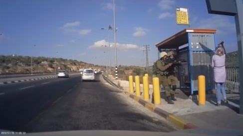 Momento en el que una joven palestina amenaa a dos soldados con un...