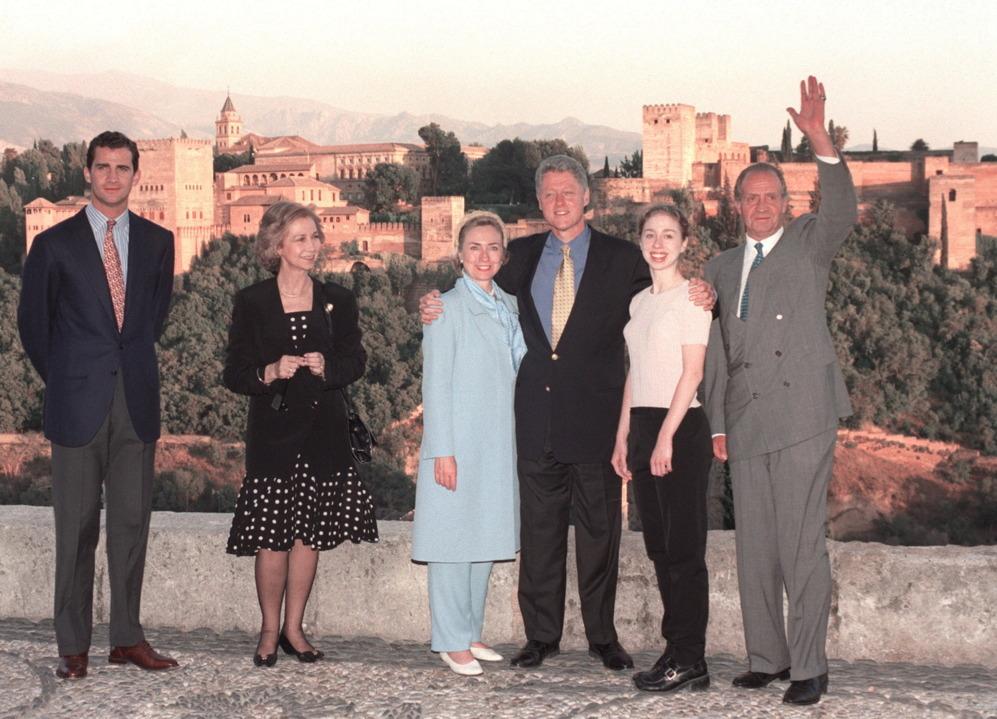 """<strong>4 al 10 de julio de 1997. Bill Clinton. Palma de Mallorca, Madrid y Granada. Estuvo de vacaciones con los Reyes y asistió a la Cumbre sobre la OTAN en Madrid. </strong> La anécdota de esta visita, más allá de la parte oficial de la Cumbre sobre la OTAN en Madrid, fue el recuerdo de Bill Clinton de <strong>la puesta de sol más hermosa</strong> que había visto, 27 años antes, sobre La Alhambra, cuando todavía era estudiante. Los Reyes y el Príncipe de Asturias recibieron al matrimonio Clinton y a su hija Chelsea en la puerta del Palacio de Carlos V y, aunque solo estuvieron cinco horas en la ciudad, fue un espaldarazo a su imagen internacional, un recuerdo que todavía repiten las guías turísticas. <p> Los testigos de aquella visita hablan del presidente conmovido que animó a los periodistas a dejar las libretas y las cámaras y dejarse atrapar por la Alhambra: """"Menos noticias y más cultura"""", dijo, según publicó 'El Ideal de Granada'. Los Clinton también fueron tres días a Palma, lugar estival de los Reyes, donde visitaron el castillo de Bellver y la localidad de Petra. En cuanto a la reunión de la OTAN, Clinton se llevó de Aznar el compromiso de que España <strong>se integrara pronto en la  estructura militar de la OTAN</strong>, una decisión que culminó en enero de 1999 y que siempre había tenido muchos detractores."""
