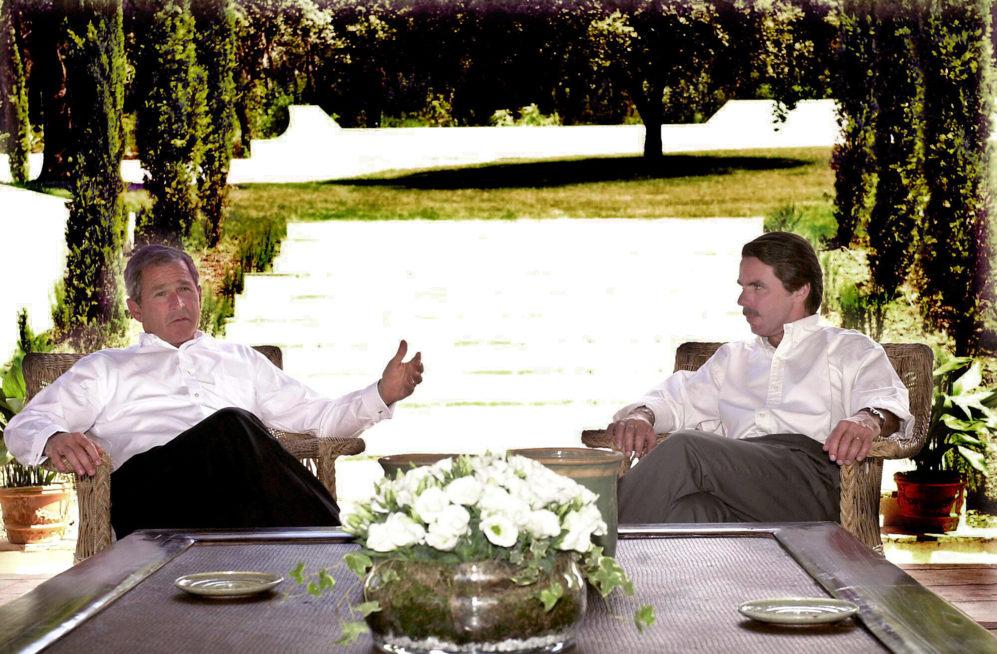 """<strong>11 y 12 de junio de 2001. George W. Bush. Madrid. Se reunió con el Rey Juan Carlos y el presidente del Gobierno Aznar.</strong> No se conocían pero se inició una luna de miel de largo recorrido. George W. Bush visita Madrid, conoce a José María Aznar y se forja una amistad que desembocó en unas relaciones bilaterales entre EEUU y España como no se habían conocido hasta entonces. Recuerden la foto de las Azores y el fin del buen entendimiento cuando Zapatero ganó las elecciones y ordenó la salida de las tropas de Irak. <strong>""""Fue la visita del 'rancho de Ansar'""""</strong>, recuerda Julio Carreño sobre la descripción que el texano hizo de la finca toledana de Quintos de Mora. """"Se caen muy bien y eso que Aznar <strong>insistió mucho en que el invitado bebiera Ribera del Duero</strong>, cuando él, cristiano renacido y ex alcohólico, no podía probar ni gota"""". <p> Acompañado de Laura Bush, el secretario de Estado Colin Powell y la entonces consejera de Seguridad Nacional Condoleezza Rice, ésta fue la primera visita europea de Bush, que en el mismo viaje recaló en Bruselas, Suecia, Polonia y Eslovenia. La primera investidura de Bush fue en enero de aquel año, después de las polémicas elecciones de los 'votos mariposa' en las que se enfrentó al demócrata Al Gore y que le terminó dando como vencedor el Tribunal Supremo. En septiembre de 2001 se produjo <a href=https://www.elmundo.es/especiales/internacional/2011/11-S/>el peor ataque en tierras estadounidenses</a> después de Pearl Harbor. El 11-S abrió la política del Eje del Mal de Bush, que se plasmó en las guerras de Afganistán e Irak. Aznar apoyó a su socio en la invasión contra <a href=https://www.elmundo.es/especiales/2003/02/internacional/irak/index.html>Sadam Husein</a>, a pesar de tener a la opinión pública en contra. Un momento que ha vuelto a la actualidad con <a href=https://www.elmundo.es/internacional/2016/07/06/577cde1d268e3e75418b45c2.html>el informe Chilcot</a> sobre Tony Blair, que acusa al ex premi"""