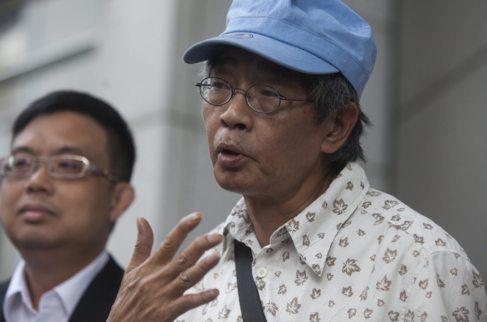 El librero hongkonés Lam Wing-kee (derecha) y su abogado el pasado...