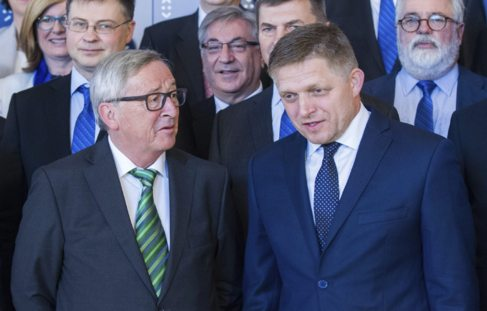 Jean-Claude Juncker habla con el primer ministro eslovaco, Robert...