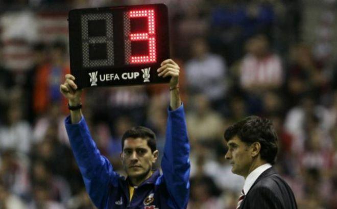 Great Un Cuarto árbitro Señala El Tiempo De Prolongación Ante El Entrenador José  Luis Mendilibar. EFE