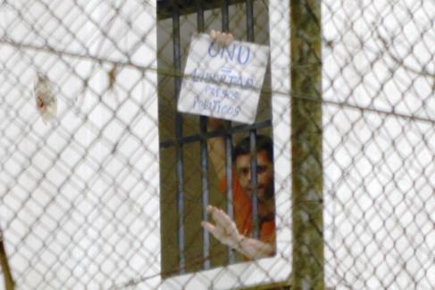Leopoldo López pide la libertad de los presos políticos en su celda...