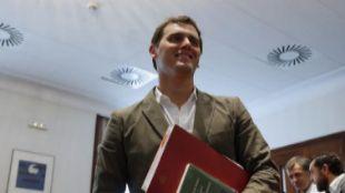 Albert Rivera, tras entregar sus credenciales como diputado en el...