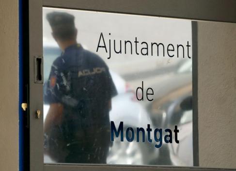 La Policía Nacional ha acudido al Ayuntamiento de Montgat (Barcelona)...