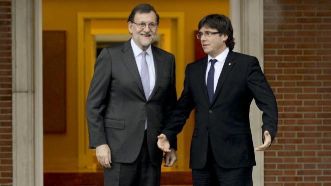 Mariano Rajoy recibe a Carles Puigdemont el pasado 20 de abril en La...