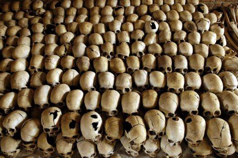 Cráneos de víctimas de Ntarama, donde fueron asesinados 50.000...