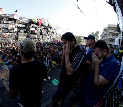 Sunníes y chiíes asisten a los rezos del Eid al-Fitr en el lugar de...
