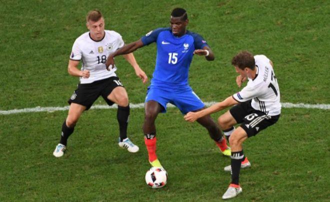 Pogba controla un balón ante Kroos y Müller.