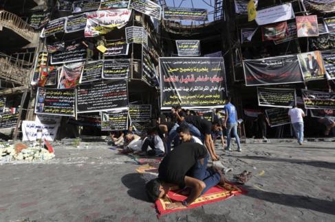 Oración en el lugar del atentado suicida en el centro de Bagdad el 3...