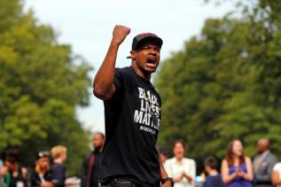 Un hombre protesta por la muerte de Philando Castile.