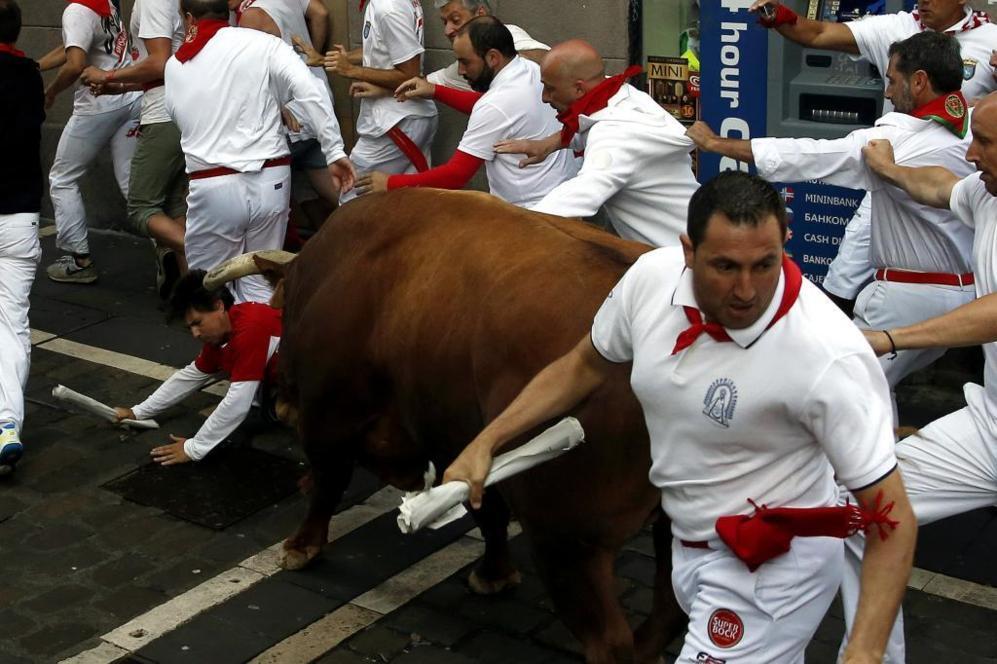 Caos con un toro aislado en la calle Estafeta