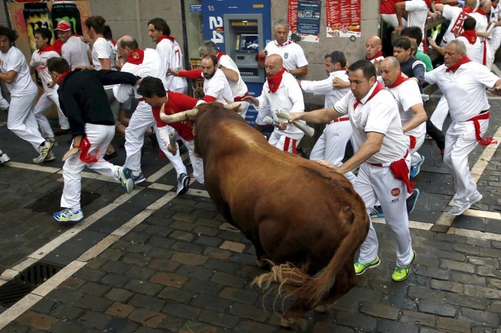 Un toro de la ganadería de Cebada Gago pasa por la curva de...